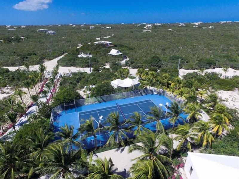 La propiedad tiene cancha de tenis y básquetbool.