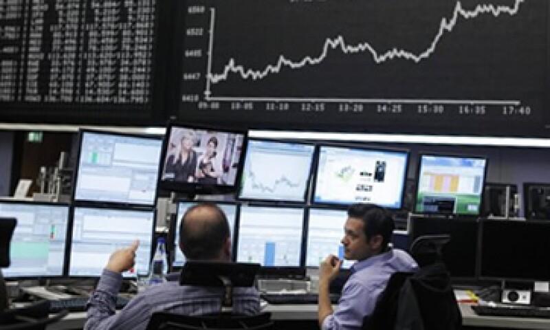 Los datos económicos de EU también ayudaron a que subieran las acciones europeas. (Foto: Reuters)