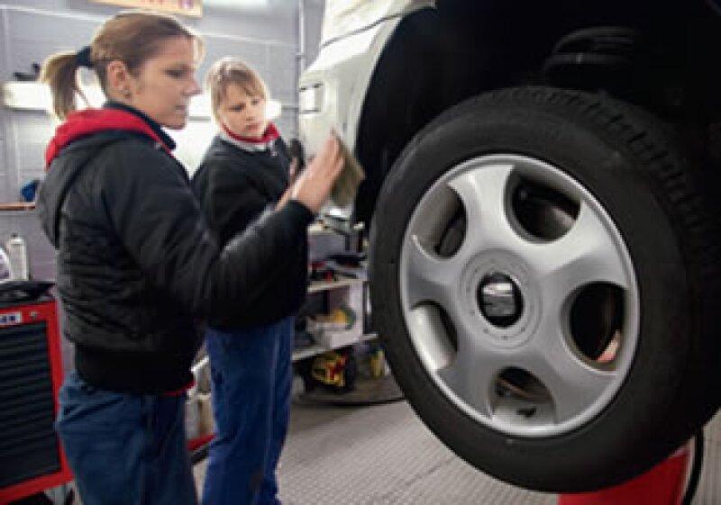 Las mecánicas Jeanny y Janine quieren demostrar que pueden hacer el mismo trabajo que los hombres.(Foto: Foto: Yaotzin Botello)