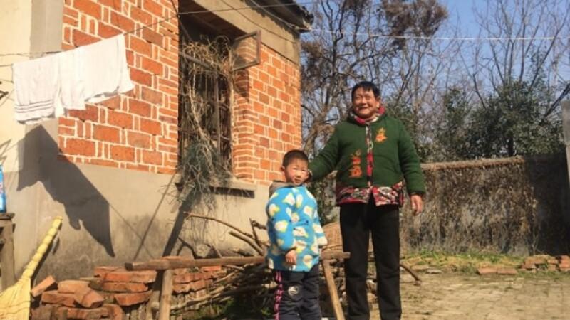 Nieto seis anos Lu Yiming abuela Tang Xinying