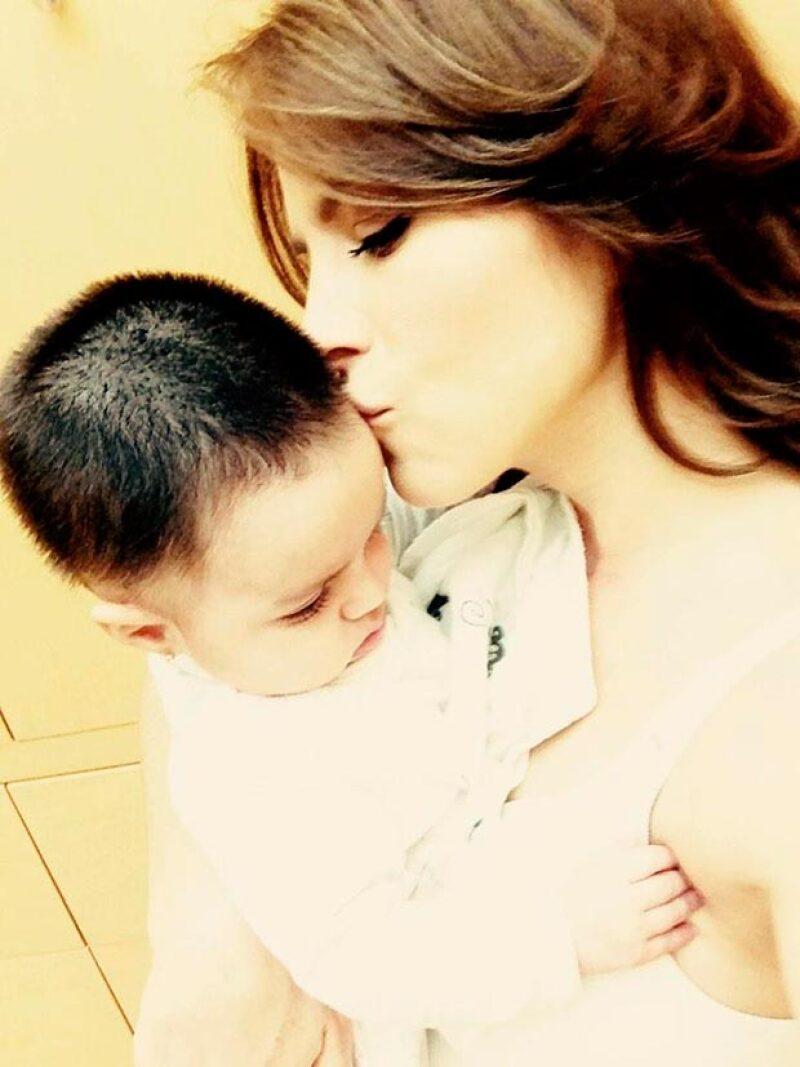 """La pequeña de 9 meses de edad """"dictó"""" a su papá, Eugenio Derbez, una carta en la que ennumera las razones por las que ama a su madre, Alessandra Rosaldo."""