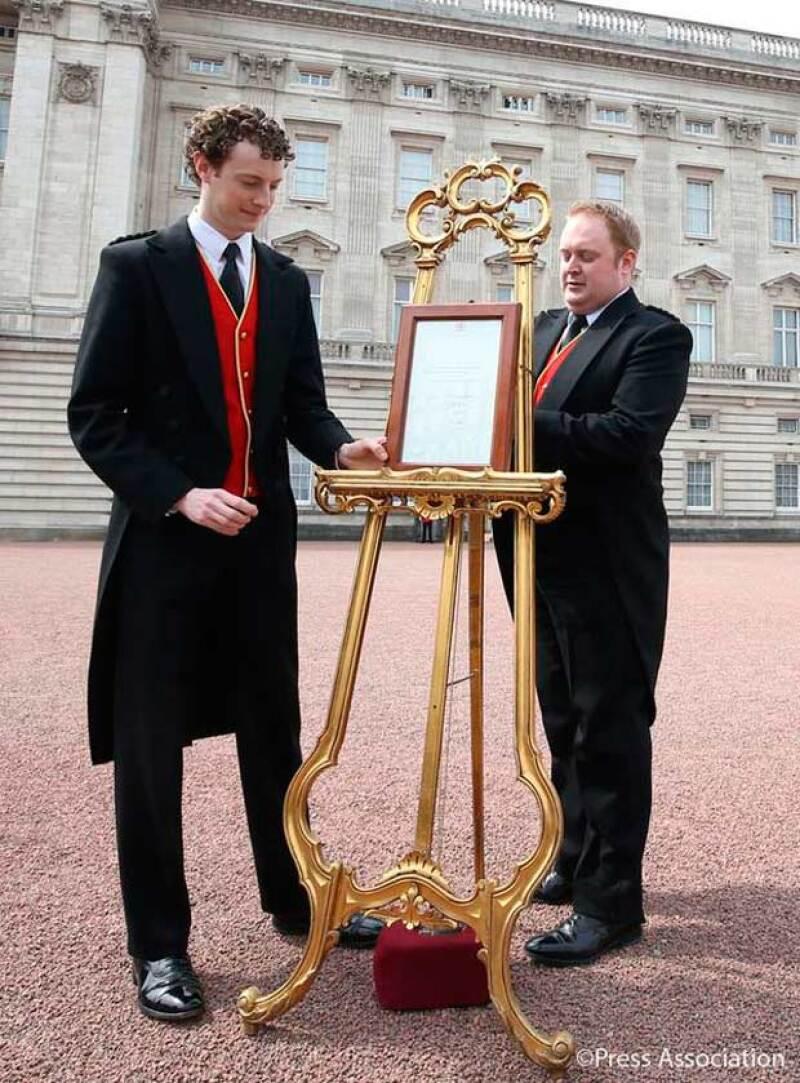 El momento en el que colocan el caballete en las puertas del Palacio de Kensington, tradición milenaria para anunciar la llegada de un nuevo miembro a la familia real.