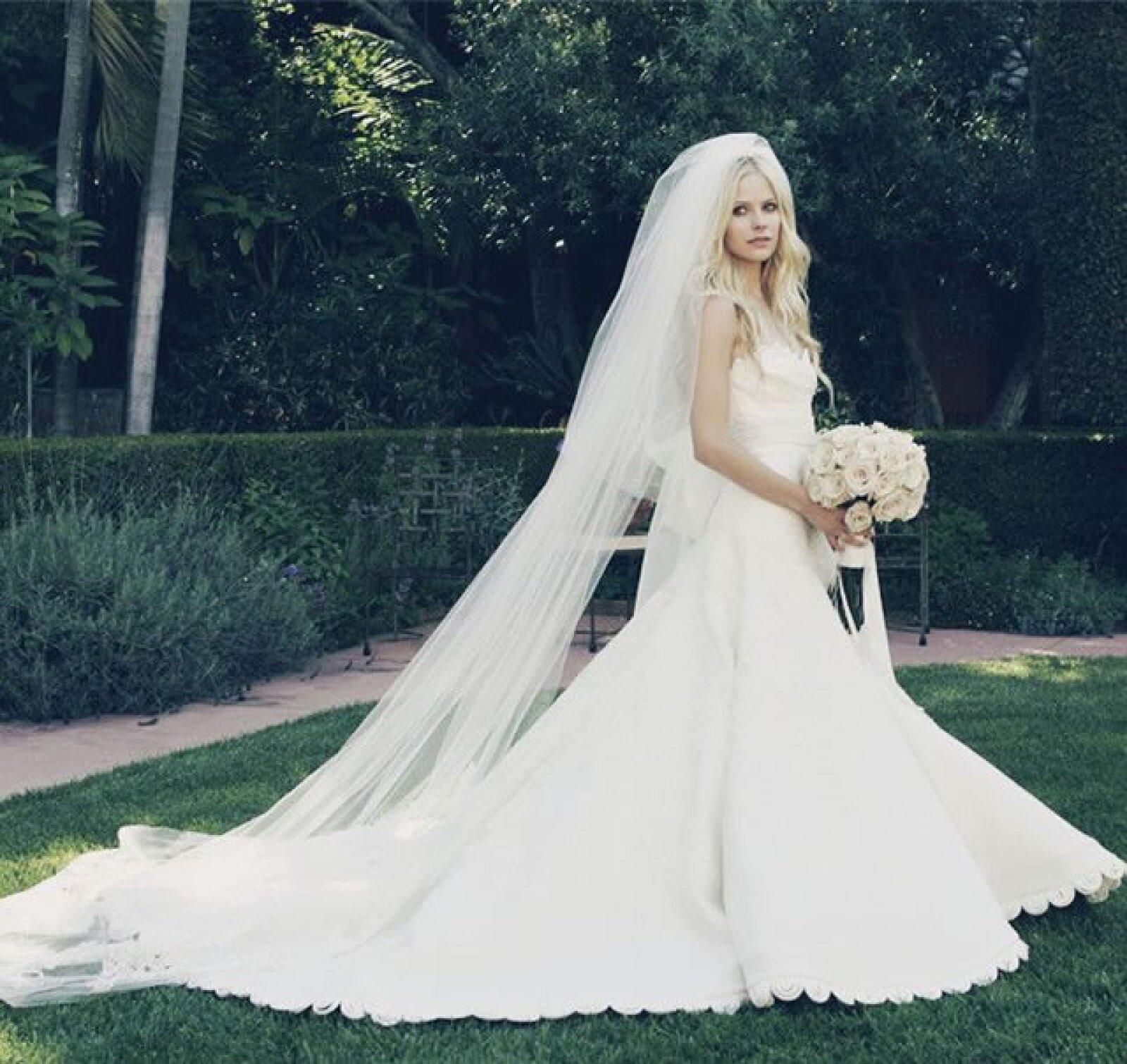 Avril Lavigne: La cantante llevó un modelo con escote de corazón y cola amplia que complementó con un velo de encaje. Definitivamente, lo que imaginarías que llevaría una princesa de un cuento de hadas.