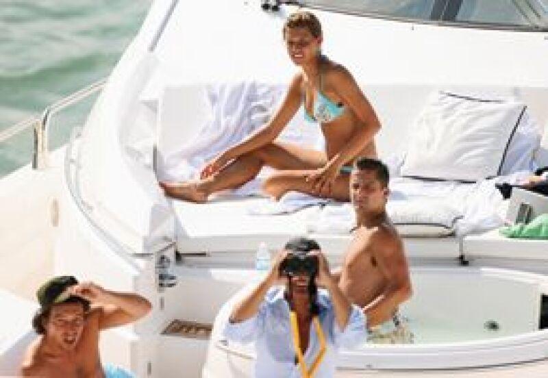 En el yate Único Michelle se asolea en compañía de Asensi, Luis Miguel (con binoculares) y su tío Alex Basteri.