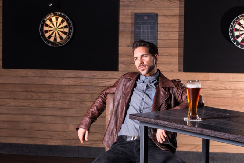 Arap Bethke disfrutó de una cerveza durante el photo shoot y posó para nosotros frente a los tableros de tiro al blanco de Alboa.