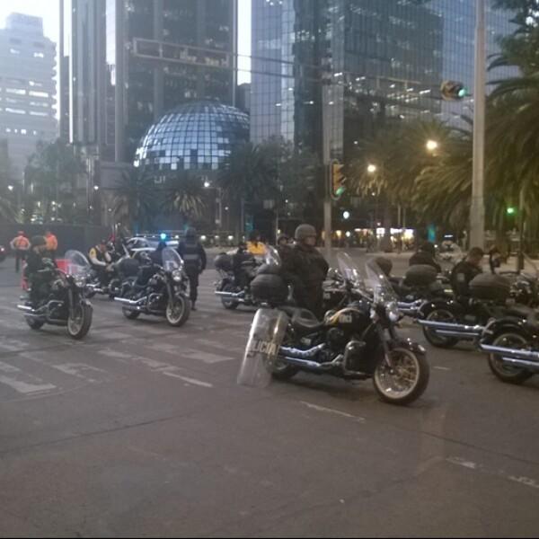 Policías observan el plantón de profesores a unos metros de la Bolsa Mexicana de Valores