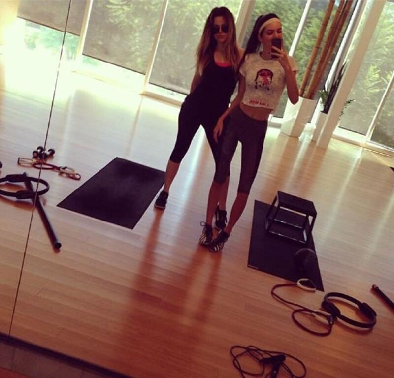Las medias hermanas compartieron a través de Instagram dos fotografías en las que las vemos en sus rutinas de gimnasio.