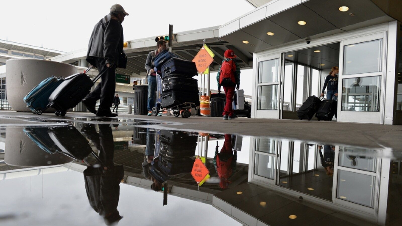 un pasajero entra a la terminal del aeropuerto internacional kennedy