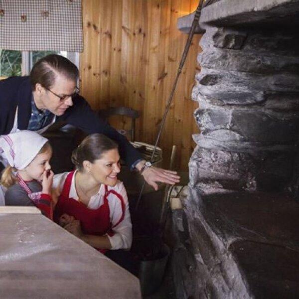 La familia heredera al trono de Suecia: Victoria, Daniel y Estelle. En marzo serán cuatro, con la llegada del nuevo bebé.