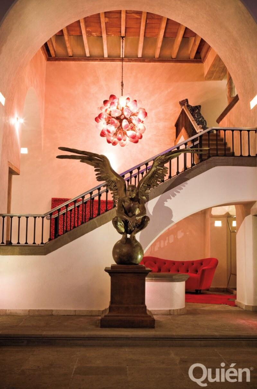 ARTE MEXICANO. La escultura es un hombre-águila, diseño de Jorge Marín. La lámpara de corazones es de Ernesto Cruz Orozco.
