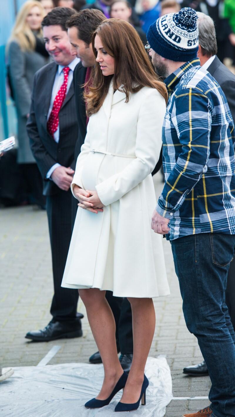 El abrigo que lucía la duquesa resaltaba aún más su embarazo de siete meses.