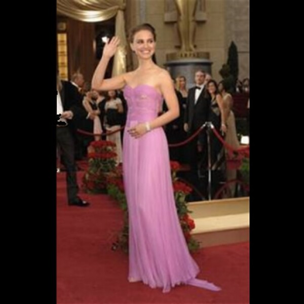 La joven actriz puso color a la alfombra roja con este diseño rosa de Rodarte y diamantes de Kwiat.