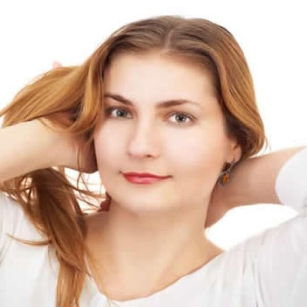 Para el pelo: frota un poco de aceite de almendra dulce en la palma de tu mano y póntelo por todo el cabello. Combatirá la resequedad.