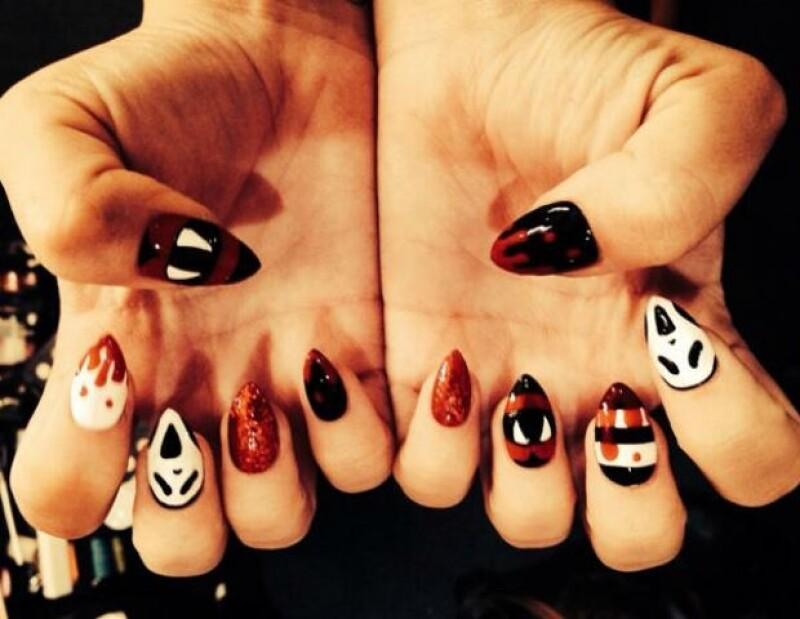 Demi Lovato demuestra que es básico cuidar cada detalle en el disfraz, incluso las uñas.