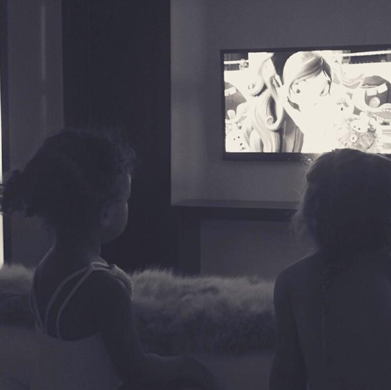 North y Penelope se llevan muy bien, disfrutaron una tarde con su tía viendo TV.