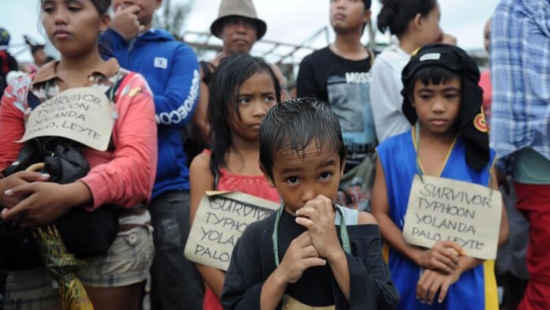 Sobrevivientes de Haiyan en Filipinas reciben ayuda