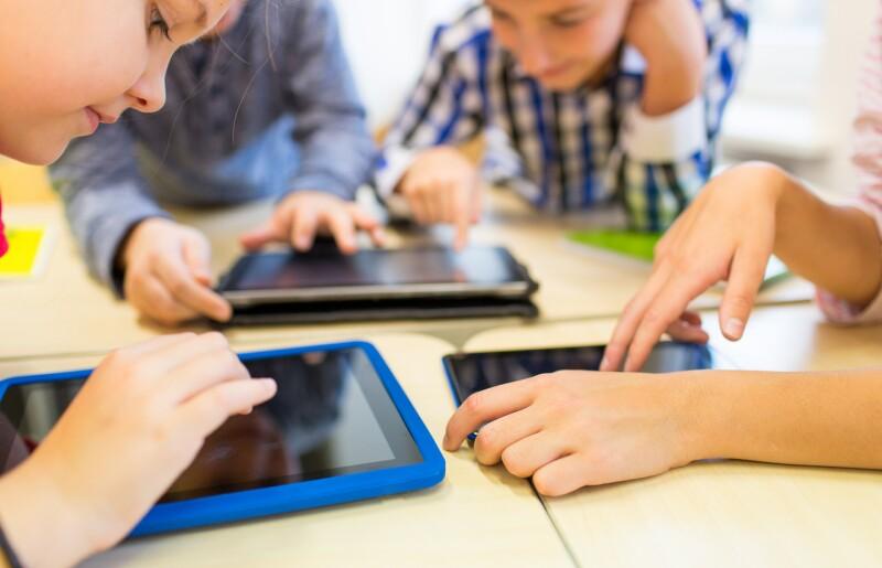 niños con gadgets y medios audiovisuales
