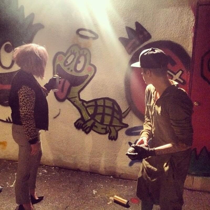 Kelly pasó la noche graffiteando con Justin Bieber.