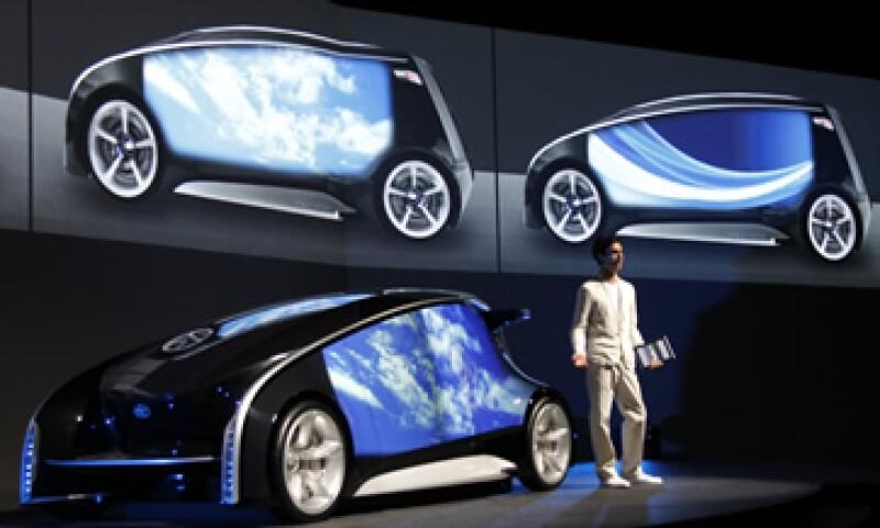 El vehículo funciona como una computadora personal que permite a los conductores conectarse con los concesionarios y otras personas con un toque con los dedos en un panel en la puerta. (Foto: AP)