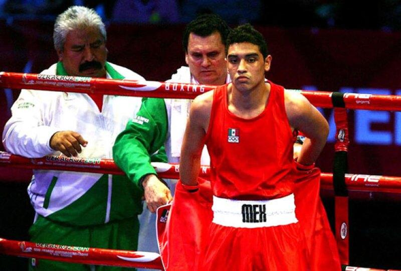 El boxeador Raúl Curiel no pasó los exámenes médicos antes de que se enfrentara con el chino, Qianxun Hu.