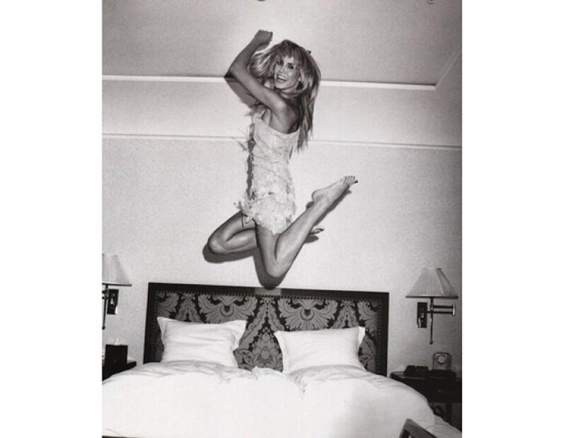 La modelo subió esta foto donde parece niña chiquita saltando en la cama.