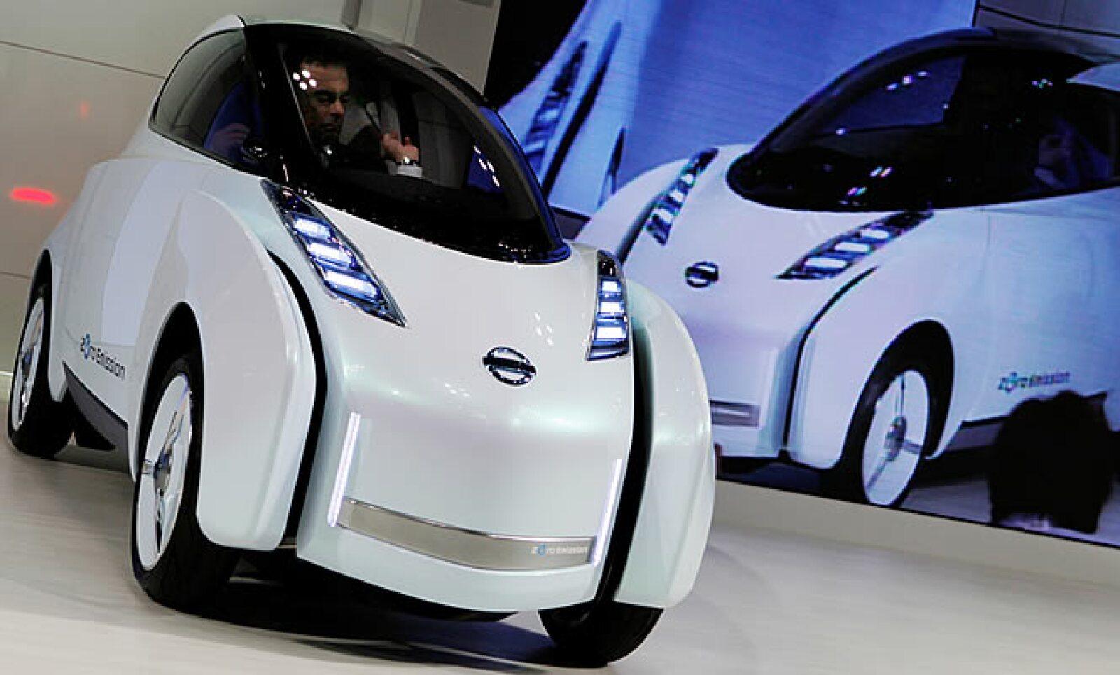 El Land Glider es un automóvil de la firma japonesa, Nissan, que se recarga al estar en movimiento, tiene un sistema que inclina el vehículo unos 17 grados para poder recorrer curvas de mejor manera.