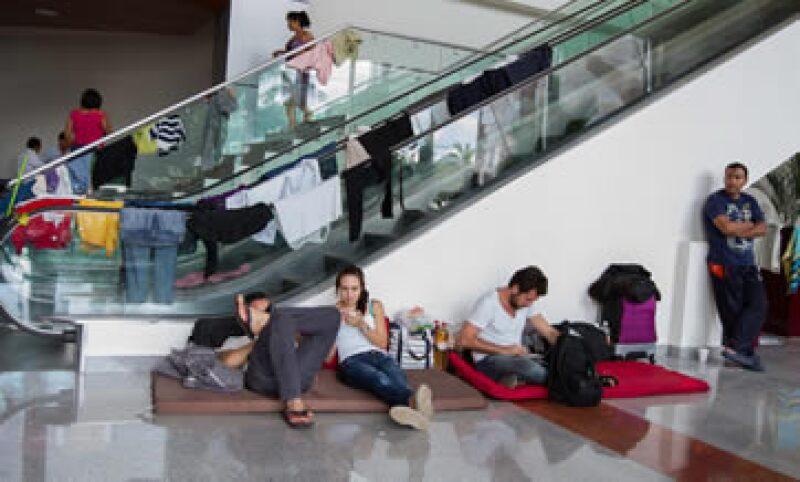 Turistas varados en el Aeropuerto Internacional de Acapulco, debido a los daños y afectaciones por el paso de los fenómenos (Foto: Notimex)