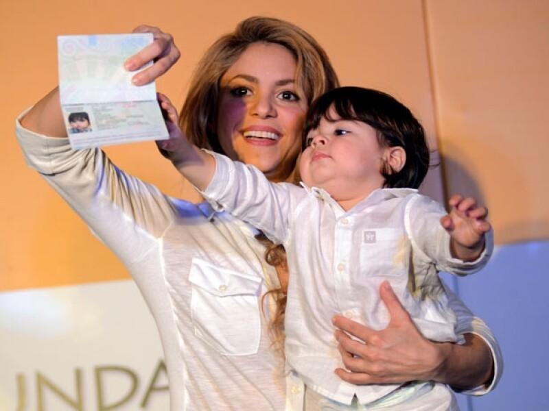 Shakira llevó por primera ocasión a su hijo a su país de origen, donde tuvo la oportunidad de inaugurar la sexta escuela de su Fundación Pies Descalzos.