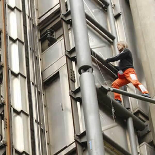 El francés Alain Robert se llevó los reflectores de las manifestaciones al escalar la sede de la aseguradora Lloyds of London. Tras su hazaña. Robert fue detenido por la policía británica.