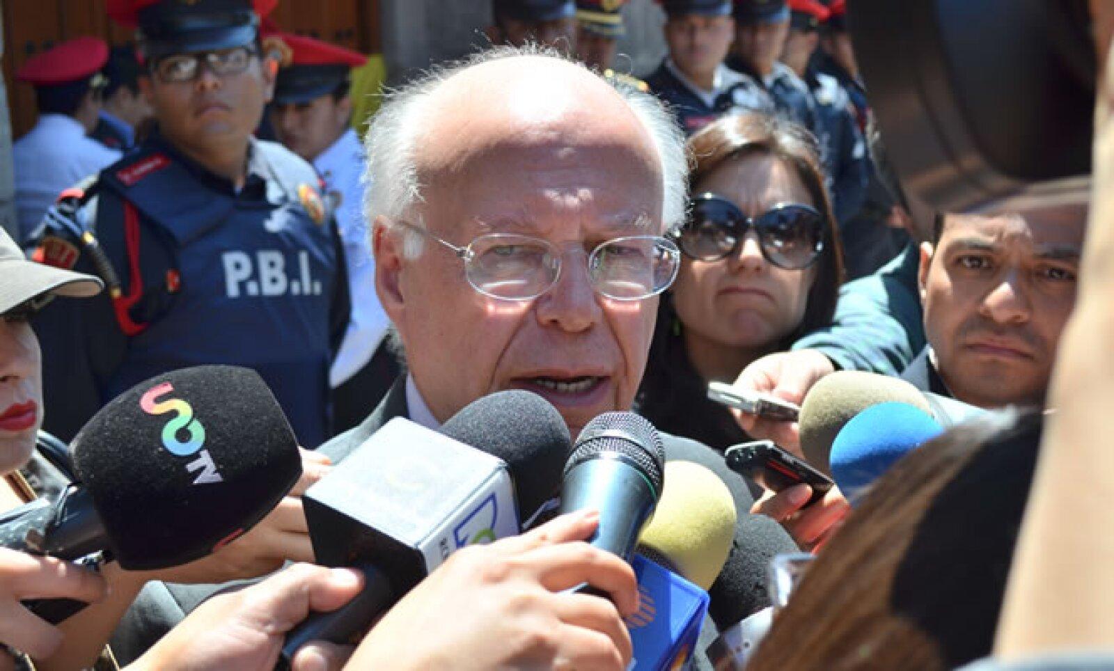 Entre los personajes del mundo de las ciencias y humanidades que hicieron guardia esta mañana se encontraba el rector de la UNAM, José Narro Robles.