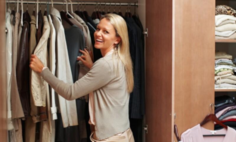 La indumentaria de una mujer ejecutiva incluye colores neutros y formas clásicas. (Foto: iStock by Getty)