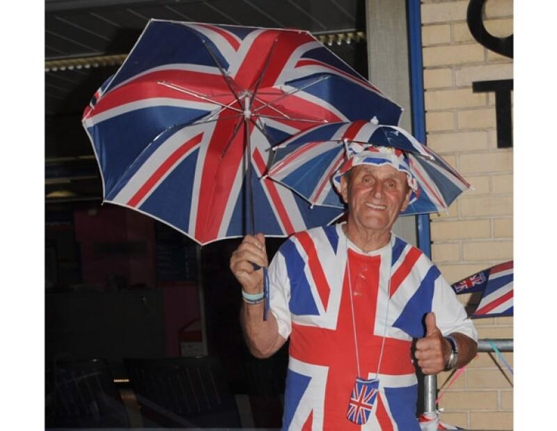 Terry Hutt, antiguo militar, lleva días vestido con la bandera británica pues asegura, es seguidor de la familia real.