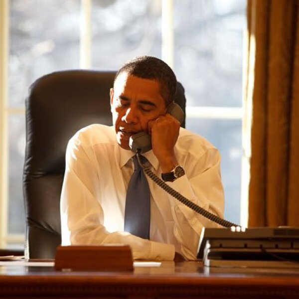 El presidente hablando por teléfono con un líder de otro país en la Oficina Oval.