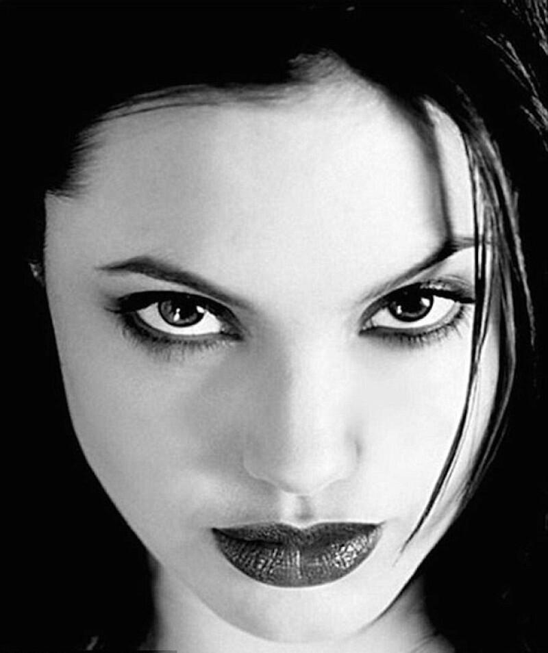 Con una mirada penetrante y maquillaje oscuro, Angelina ha causado sensación en internet con estas fotografías.