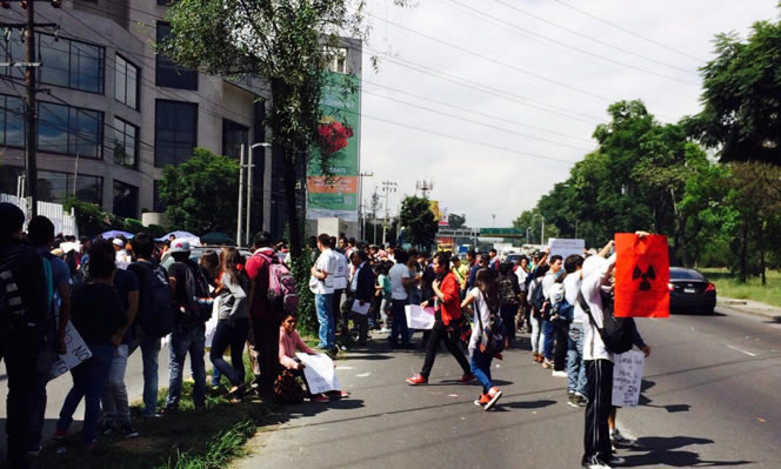 Alumnos del Cecyt 4 Lázaro Cárdenas matienen un bloqueo interminetente en ambos sentidos de Avenida Constituyentes a la altura de Jacaranda, el cual suma ya 8 horas luego que coemnzará desde aproximadamente a a las 7:00 horas.