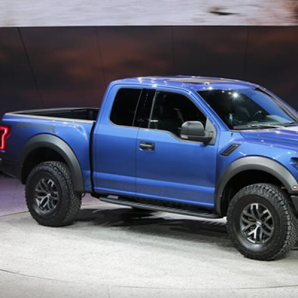 El presidente de Ford para el continente americano, Joe Hinrichs, habla al lado de esta camioneta.