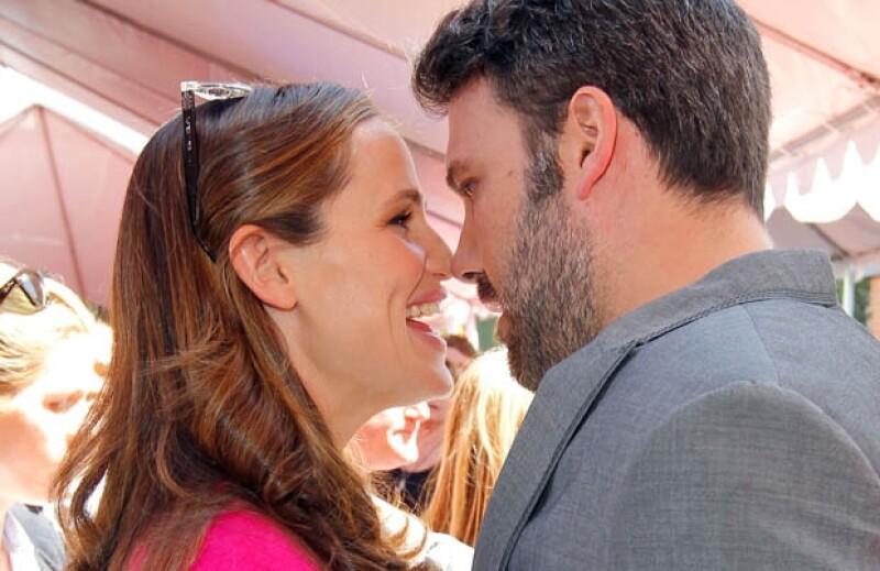 La pareja fue vista en un evento de caridad cruzando miradas y cariños mientras disfrutan de la tranquilidad luego de una ajetreada temporada de premios.