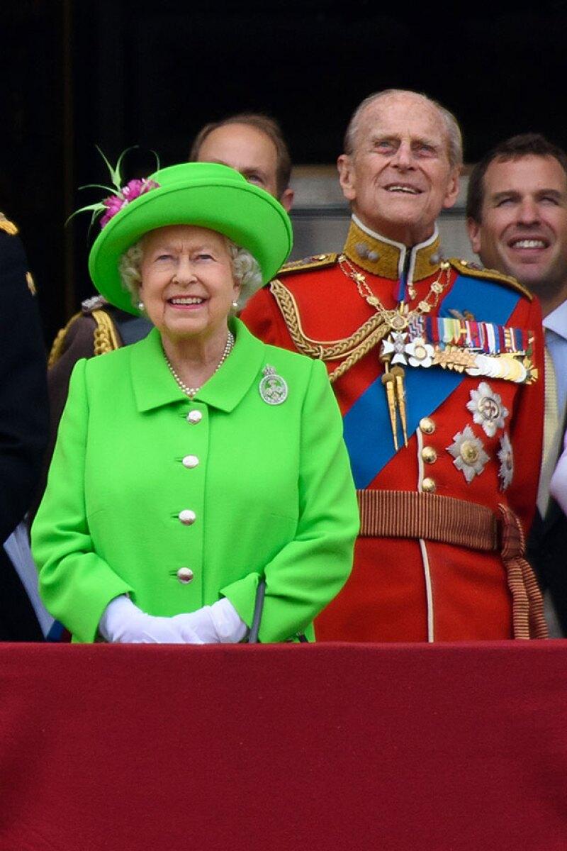 ¿Cómo destacar entre un ejército de soldados rojos? La reina Isabel II eligió para su celebración oficial un look total en verde fosforescente.