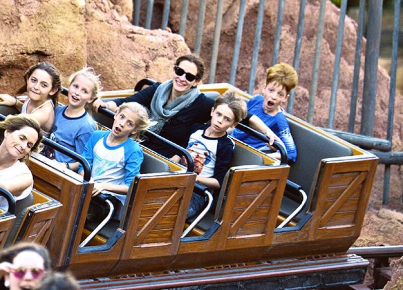 La actriz fue vista junto a sus hijos disfrutando del parque temático, donde se subieron a todos los juegos posibles.