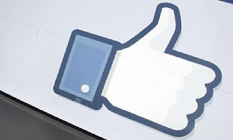 Facebook dijo que hacer clic en el botón es el equivalente del siglo XXI a la añeja práctica de colocar un letrero de campaña en el jardín de una casa. (Foto: AP)