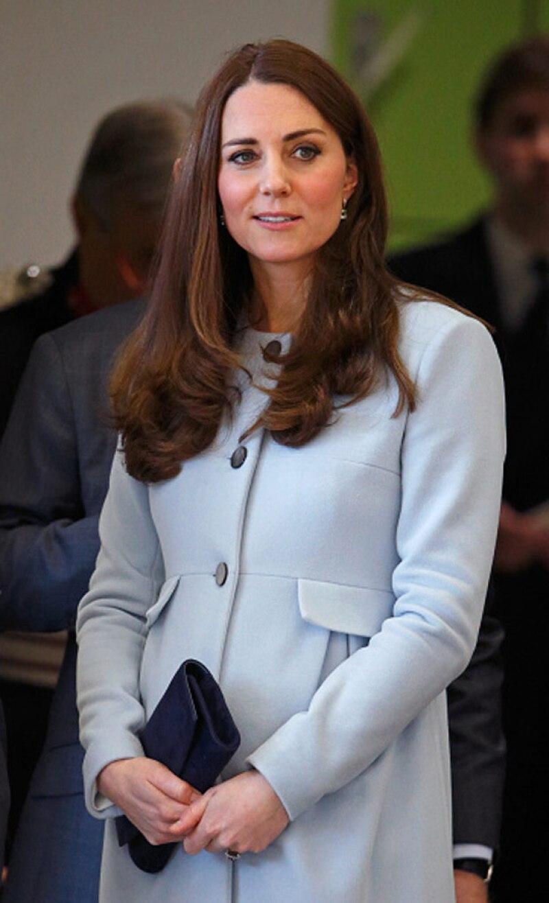 Debajo de su abrigo en tonos pastel portó un vestido floreado, el mismo que usó semanas después.