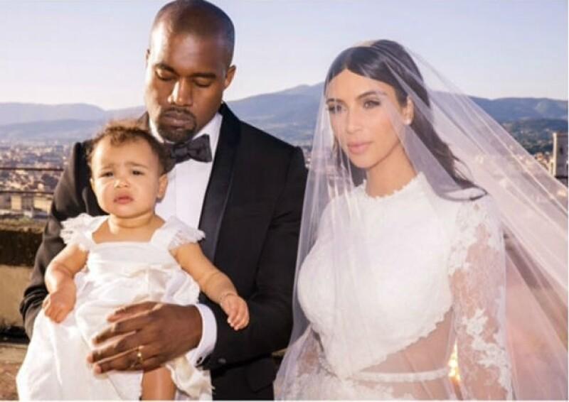 North lucií este elegante vestido blanco en la boda de sus papás.