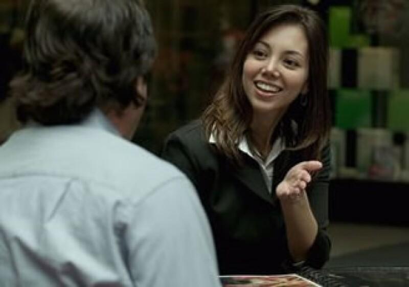 Mantén una actitud cordial e intenta no interrumpir a tu entrevistador. (Foto: Jupiter Images)