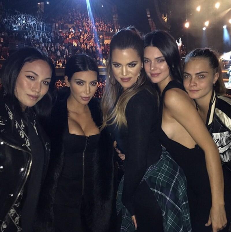 Las hermanas Kardashian-Jenner asisten juntas a ver al cantante estadounidense, acompañadas de la modelo inglesa.