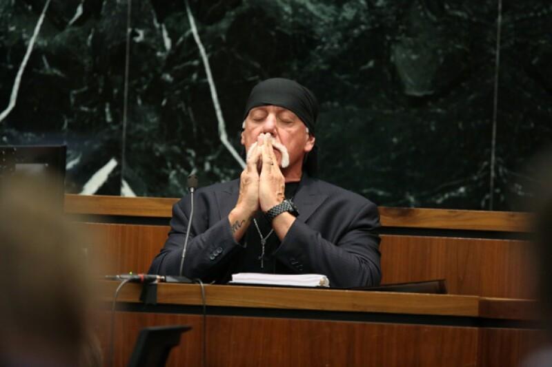 El ex luchador no pudo contener la emoción tras escuchar el fallo del jurado que ordenó al sitio de internet pagarle tras haber divulgado un video sexual de él con la esposa de un amigo.