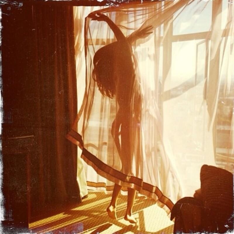 En la imagen puede apreciarse que la cantante sólo lleva una prenda de ropa interior.