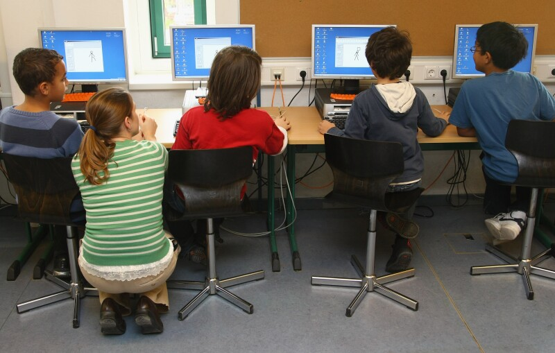 Los expertos consideran que las escuelas deben adaptarse al contacto de los niños con la tecnología.