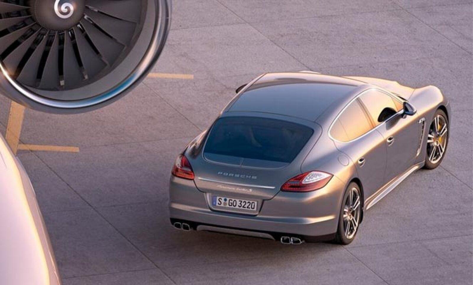 Alcanza los 100 kilómetros por hora (km/h) en tan sólo 3.8 segundos y su velocidad máxima es de 306 km/h.