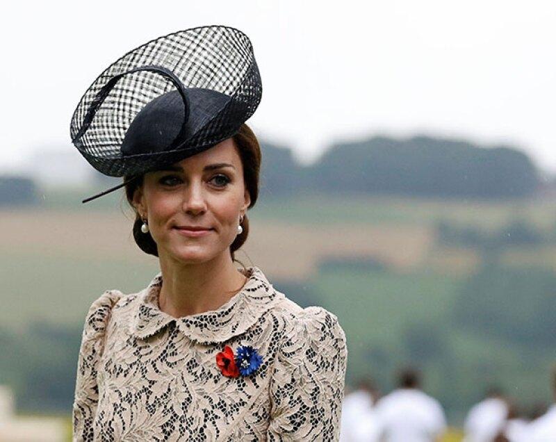 Acostumbrados a saber sobre el origen de cada pieza que se pone la duquesa de Cambridge, sus fans están volviéndose locos por saber quién le diseño el vestido de su último evento público.