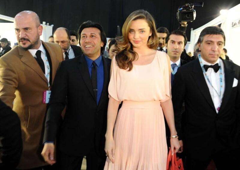 Miranda Kerr llegó acompañada del creativo de la firma Dosso Dossi al desfile de moda.